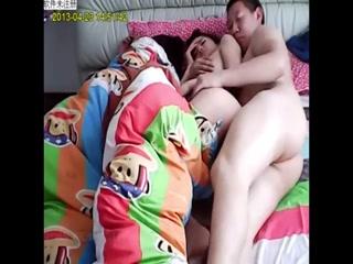 Отец ебет спящую дочь с большими сиськами на диване дома