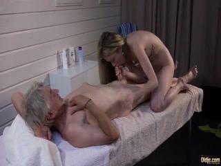 Дед трахает молоденькую внучку, которая делает ему минет на массажном столе