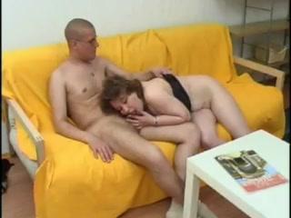Зрелая блондинка трахает молодого парня и сосет его хуй - порно