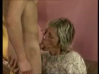 Внук трахает старую бабку в пизду, а затем кончает ей на лицо