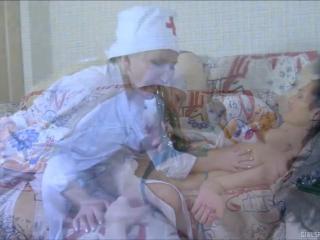 Русская молодая сосет и трахается с медсестрой в пизду, а потом получает оргазм