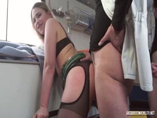 Секс с молодой девушкой на улице - видео для дрочки дома у парня!