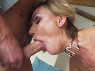 Муж наблюдает как жена изменяет ему и дает ей в рот два члена одновременно!
