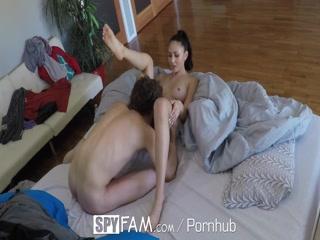 Молодая девушка сосёт хуй брату пока тот спит на диване - порно видео