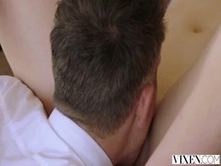 Русская порнуха с парнем и девушкой дома на кровати в киску, анал секс-игрушкой