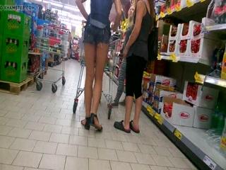 Русское порно за магазином с двумя молодыми девушками и мужиками - смотреть онлайн