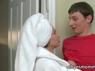 Секс видео инцеста молодой мамы с двумя парнями дома