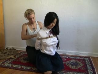 Сексуальная блондинка ласкает пизду подруги, маструбацией довод