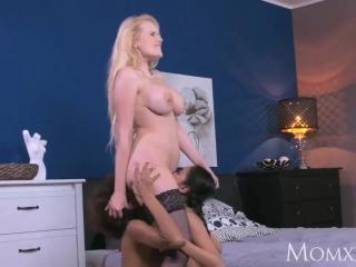 Зрелую блондинке ебут молодые девушки