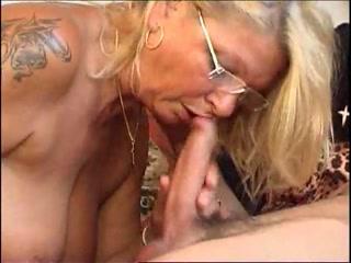 Бабушка и внук трахаются дома в киску вместе со своей девушкой-блондинкой