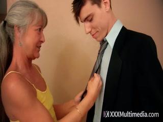 Порно видео бабушки, которая соблазнила молодого парня для секса дома у нее в квартире