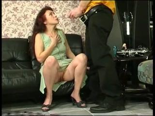 Парень устроил жесткий трах с мамой на диване