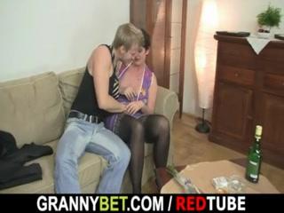Зрелая бабушка ебется с молодым парнем на диване и получает оргазм