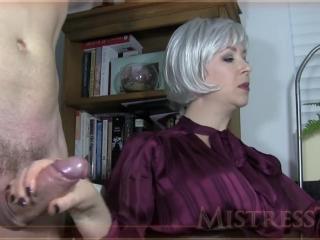 Жесткое порно видео с молодой девушкой и ее парнем в разных позах на диване дома
