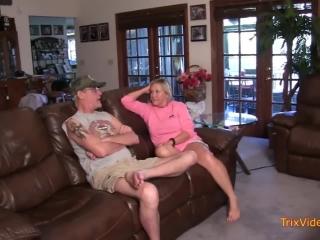 Порно видео зрелых дам с молодыми любовниками дома на диване в гостиной комнате