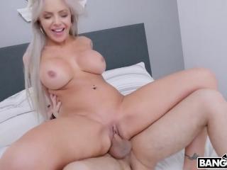 Сексуальная блондинка учит молодого парня ебацца на своем примере и показывает ему